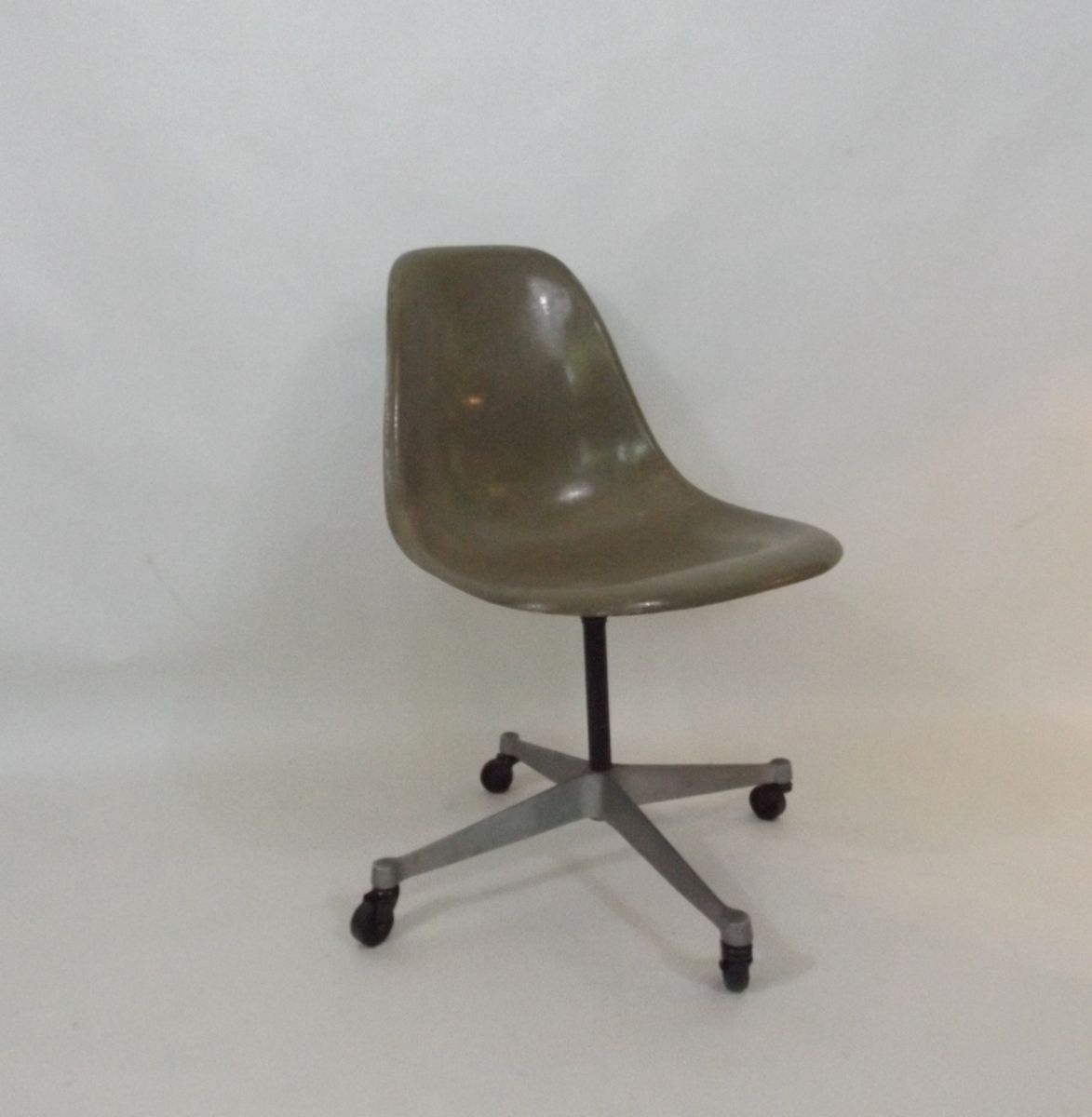 office chair by charles and ray eames for herman miller