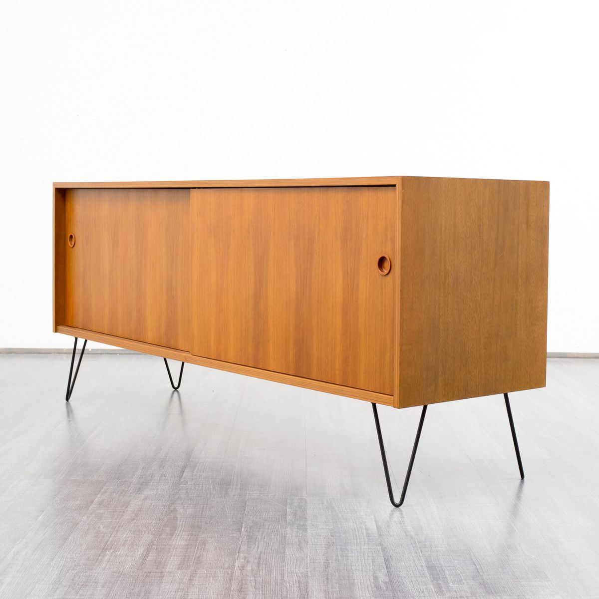 nussholz sideboard mit schiebet ren 1960er bei pamono kaufen. Black Bedroom Furniture Sets. Home Design Ideas