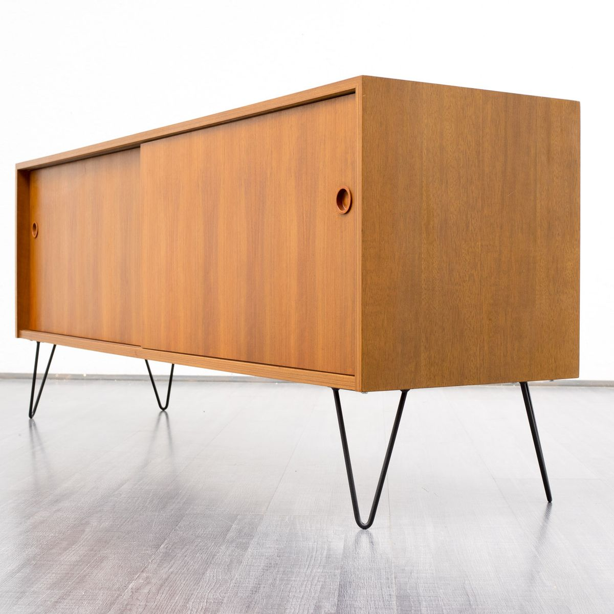 nussholz sideboard mit schiebet ren 1960er bei pamono kaufen. Black Bedroom Furniture Sets. Home Design Ideas