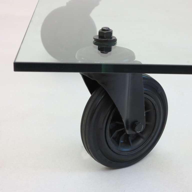 Industrie glastisch auf rollen von gae aulenti 1980er bei for Designer glastisch auf rollen